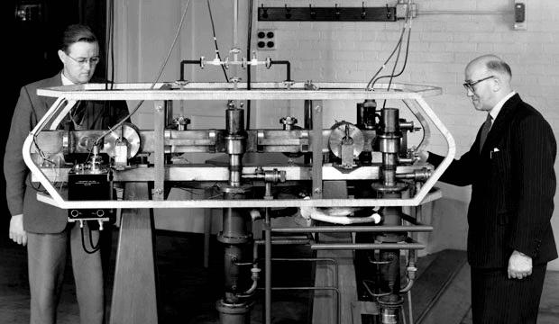 Jack Parry (solda) ve Louis Essen (sağda) Sezyum Mk. 1 Atom Saati